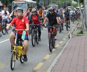 Moradores da Freguesia realizam 'pedalada' para pedir ciclovia no bairro.